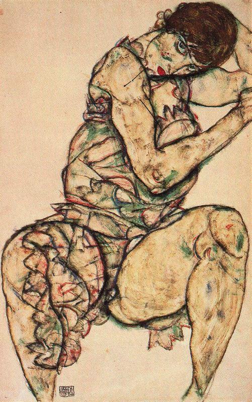 Mujer sentada con la mano izquierda en el cabello